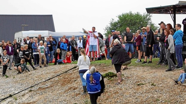 Det bliver ikke kun en masse hestekræfter der kommer i spil, også overarmene kommer i brug i tovtrækningskonkurrencen over søen. Foto. uscarcamp.dk