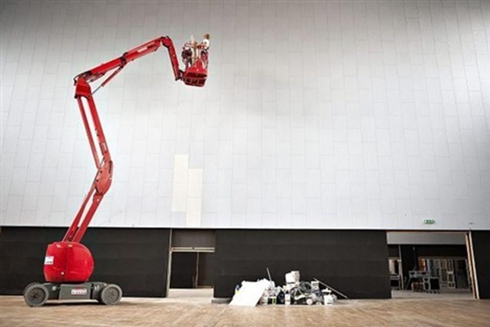 Aalborghallen er den ældste del af byggeriet, og siden 1989 har Jørn Særker Sørensen farvespil over Harlekin sat sit præg på indretningen. Men nu er det spraglede udtryk erstattet af et moderne og dæmpet farvevalg i grå og sorte nuancer.