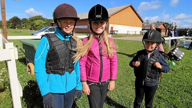 Alberte, Mille og Sofia er her klar til at begynde dagens ridetræning på sommerskolen i Dronninglund. Foto: Jørgen Ingvardsen