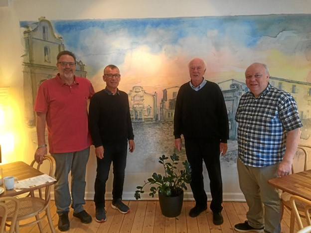 Fra venstre er det Hans Rønnau og Niels Bruun Madsen, der vil afløse i rollen som leder af Seniorbiografen, den afgående Erling Junker og daglig leder af Kinorevuen, Flemming Jensen. Privatfoto