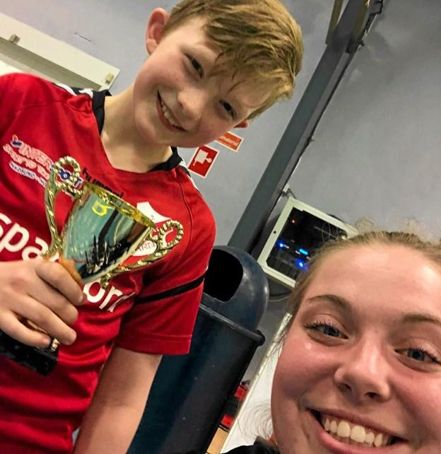 Årets U12-spiller: Nikolaj Mørch og træner Nette. Foto: Privat Privat