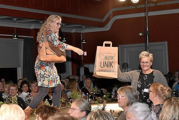 Så var der endnu en heldig vinder af en præmie - denne gang fra Butik Unik. Foto: Ole Iversen