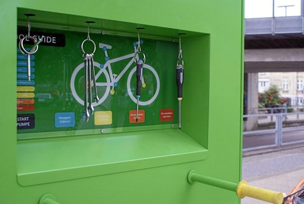 """Et skab med værktøj til småreparationer findes også på den nye """"rasteplads"""" for cyklister. Foto: Ole Skouboe"""