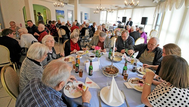 Beboerne hyggede sig med ål, musik, sang og hygge, da der blev holdt ålefest på Dronninglund Hotel Foto: Jørgen Ingvardsen