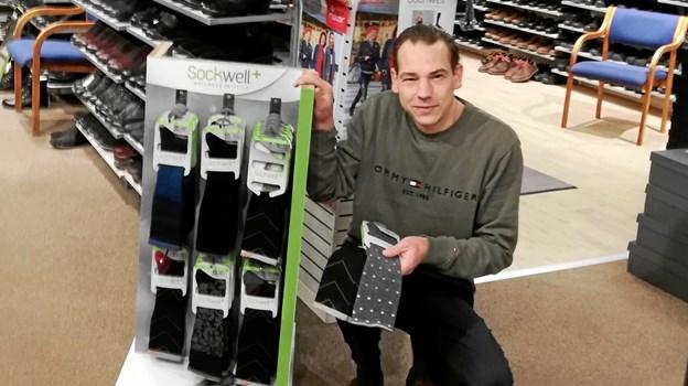 Thomas Jensen og personale i AllesSko på Storegade holder Sockweeldag på torsdag. Foto: Privat