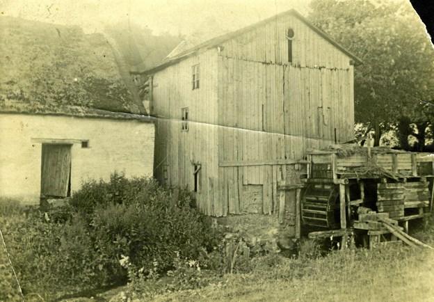 """Møllehjulet på Vestermølle i Gøttrup fik sin vandforsyning fra Mølleøen, der løber gennem Kollerup, Kettrup og Gøttrup sogne. Her på Vestermølle boede Osvald C. Sørensen fra 11-års-alderen hos sin bedstemor, der hørte til de """"stilfærdige"""" missionsfolk i Hanherred."""