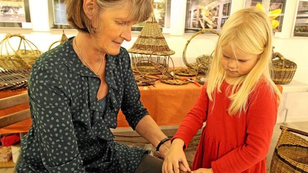 Nissepigen Laura og Anne Abildgaard lavede pileflet begge dage under julemarkedet. Foto: Jørgen Ingvardsen Jørgen Ingvardsen