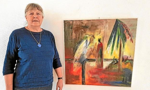 """Henny Præstegaard med maleriet """"Mødet"""". Foto: Karl Erik Hansen"""