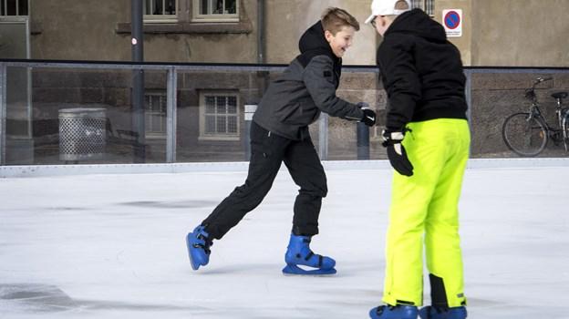 Så er der dømt fed hygge og underholdning på skøjter. De to kammerater, Marcus Egelund Falkesen, der ses til venstre, og Mikkel Rasmussen, får sig et adrenalin boost på skøjtebanen. Foto: Laura Guldhammer