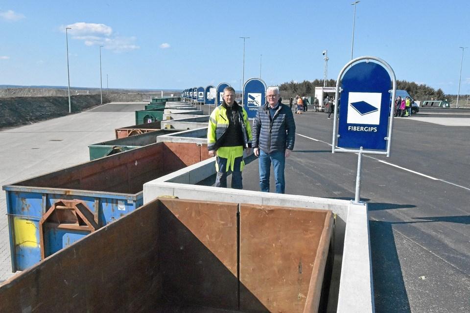 Flere nye muligheder for bedre sortering er tilført i Hanstholm, som denne container til fibergips. Til venstre Jimmy Lyngbye og Søren Funder (th.) Foto: Ole Iversen Ole Iversen