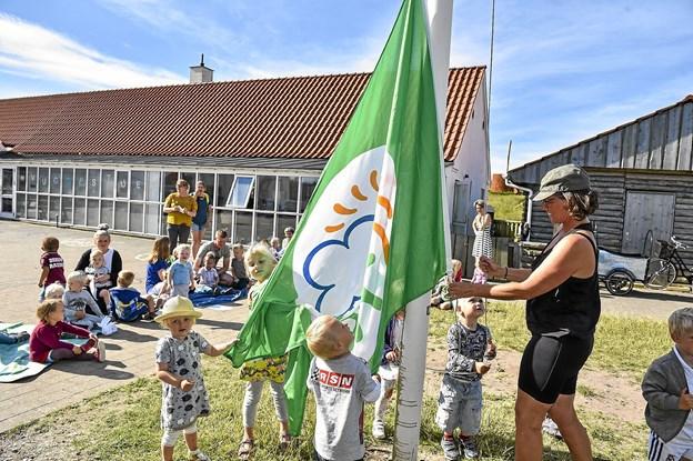 Hanstholm Naturvuggestue er glad for det nye flag som bevis på at børnene er ude i naturen i det daglige. Til højre leder af institutionen Lilli Storm. Foto: Ole Iversen