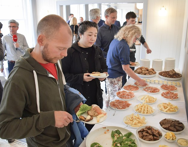 Det var særligt leverandører, håndværkere og samarbejdspartnere, der var inviteret med til receptionen, hvor alle blev budt på husets egen skinke, hjemmelavede fiskefrikadeller, ost og surdejsbrød.Foto: Michael Koch