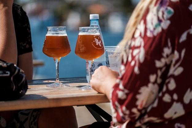Man kan også få en snak og nyde en kold øl.