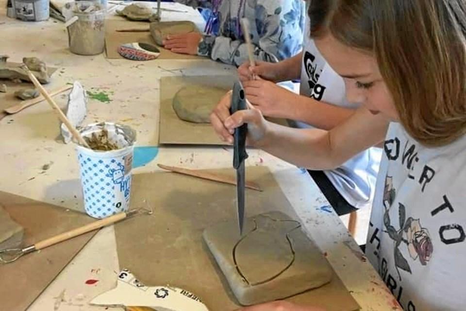 Eleverne har arbejdet med ler og udforsket materialets kunnen. Resultatet er blevet en flot udstilling af værker, der vil kunne opleves til Kunst ved Kysten fra 18. til 22. april. Privatfoto