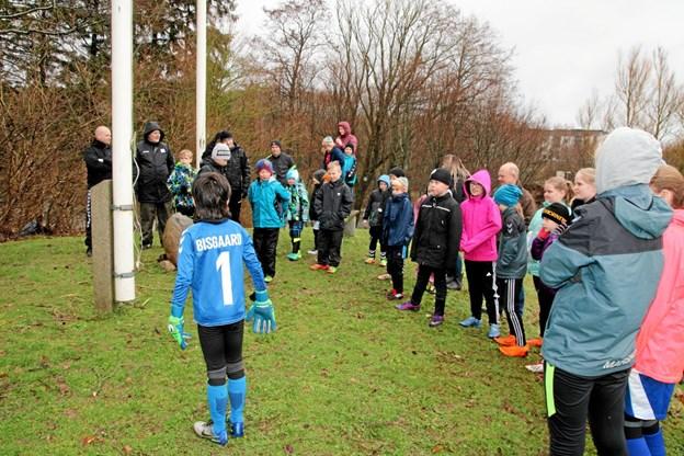 Der var mødt mange frem til første træning trods dårligt vejr. Foto: Flemming Dahl Jensen Flemming Dahl Jensen