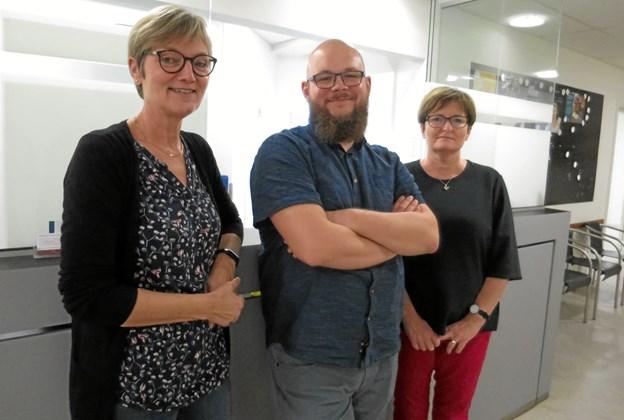 Læge Jesper Kolbeck ses her i receptionen med de to sygeplejersker Majbrit Rasmussen (tv) og Birte Justesen. De to overtog Jesper heldigvis også. foto: hhr-freelance.dk