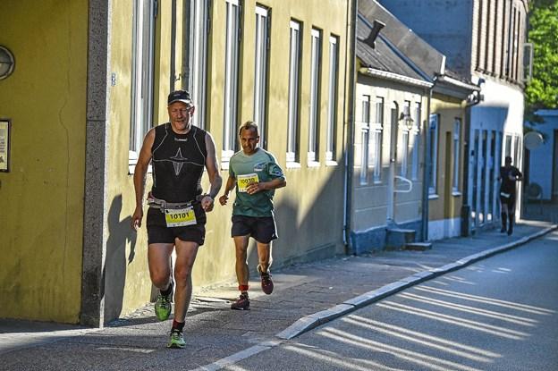 Stemning i Thisted gamle gader. Forrest Carsten Pedersen der sluttede nr 10 og bagerst Ali THomsen der sluttede 9. Foto: Ole Iversen