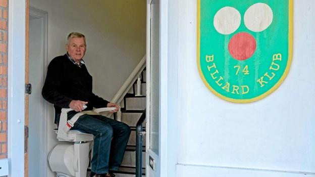 Sindal Billard Klubs formand Ulrik Nielsen demonstrerer stoleliften, der giver nem adgang til klubbens lokaler på 1. sal. Foto: Niels Helver