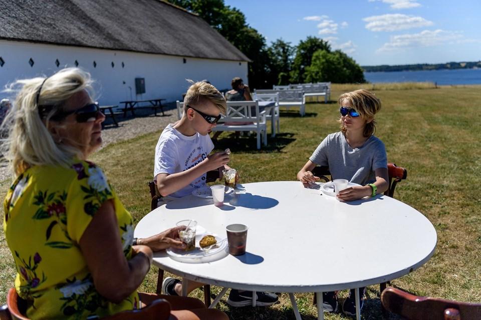 Inger Jydholm vovede blandt andet en sodakage, hvis smag nok ikke var til drengene Lasse og Magnus. De var mere til sikre træffere.