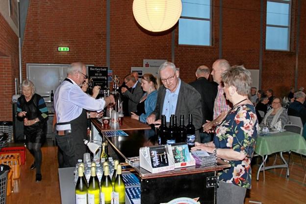 Der skulle også drikkevarer til maden så der var travlhed i baren. Foto: Hans B. Henriksen Hans B. Henriksen