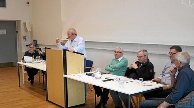 Formand Poul Erik Johansen, omgivet af bestyrelsen under aflæggelse af beretningen til årsmødet. Foto: Tommy Thomsen Tommy Thomsen