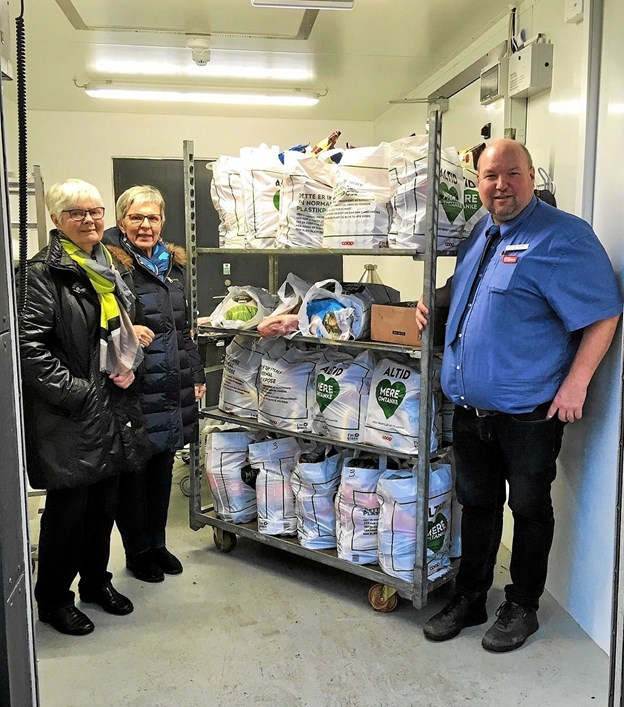 Souschef Ulrik Troldborg fra SuperBrugsen i Løkken afleverer juleposerne til to repræsentanter fra Røde Kors, som sørger for afleveringen. Foto: Privatfoto