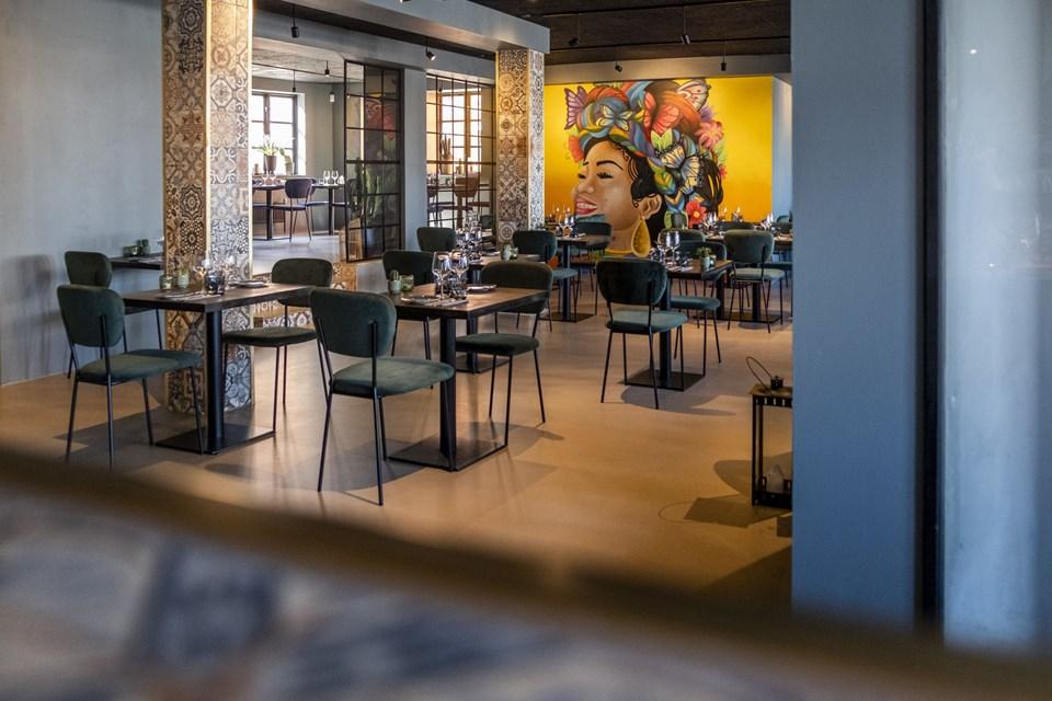 Stilen er holdt moderne og enkel, men der er også gjort plads til en masse farverige detaljer på Restaurant Menéndez. Foto: Lasse Sand