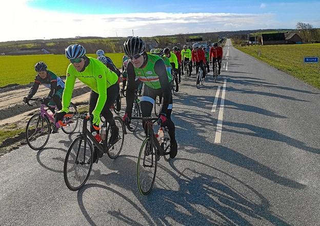 70 cykelmotionister mødte op til den første fællestræning, arrangeret af Thy Cykle Ring. Her på Ballerumvej på ved mod Hillerslev. Foto: Ole Iversen