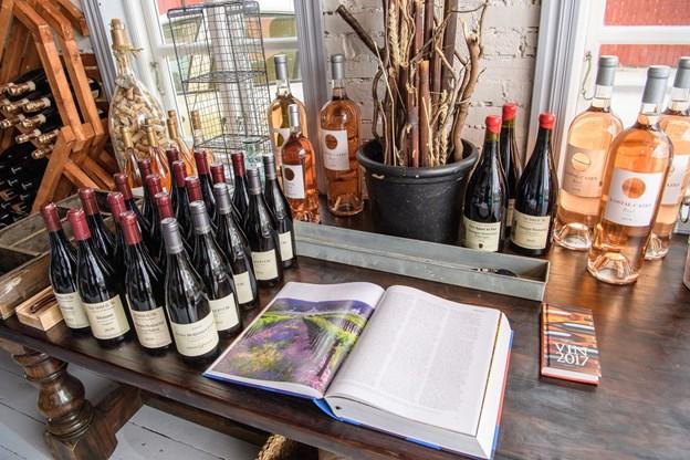 Rosé i større flasker blandt andet beregnet til at bringe ud til sommerhusgæsterne i Gl. Skagen og omegn.   Foto: Peter Broen. Peter Broen