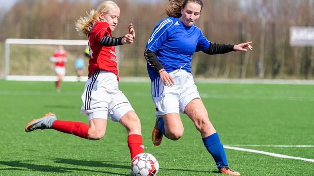 Rosendalskolens piger (i rød) mødte mandag Gråsten i semifinalen i skolefodbold. På trods af en flot præstation, måtte de se sig slået, da Gråsten scorede til 1-0 i anden halvleg. Foto: Torben Hansen. Torben Hansen