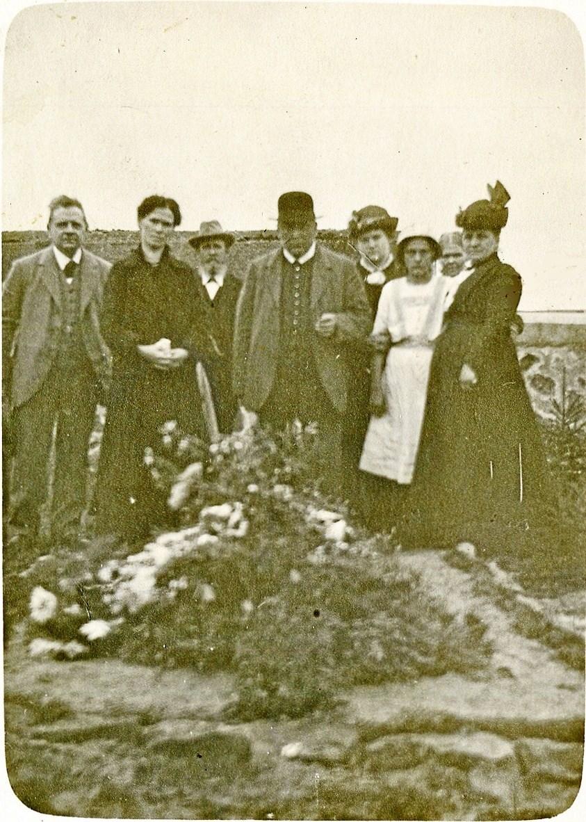 1916 besøgte enken Gretl Baumann graven på Tranum Kirkegård for sin mand, overmaskinistmath Georg Ludwig Baumann (1883-1916) fra Kulmbach i Bayern. Han omkom 2. februar 1916, da zeppelineren L19 blev beskudt over Nederlandene og nødlandede på Nordsøen, hvor den blev nægtet hjælp af en britisk trawler. 21. juli drev så Baumanns lig i land på Tranum Strand.