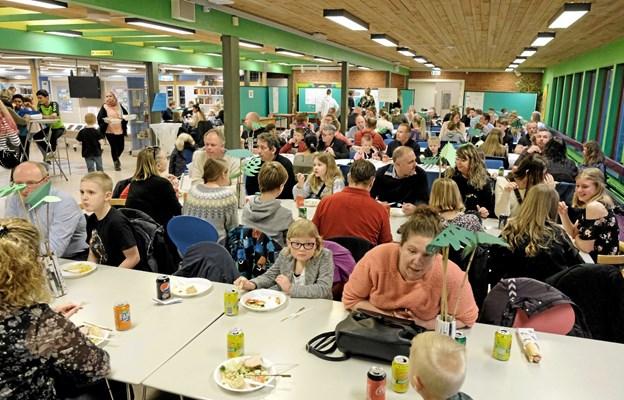 I skolens bibliotek blev der serveret svinekam med tilbehør til 350 mennesker. Foto: Niels Helver Niels Helver