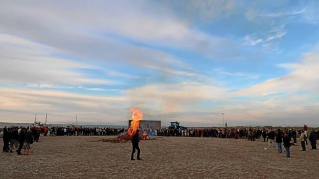 Flere hundrede mennesker i alle aldre havde fundet vej til stranden i det dejlige sankthansvejr.