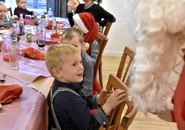 Uha - ham julemanden ved jeg ikke rigtigt med - synes Emil at tænke. Foto: Ole Iversen Ole Iversen