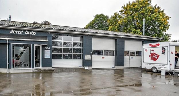 Jens's Auto i Overlade, hvor der gøres klar til åbent hus med pølser, øl og vand. Foto: Mogens Lynge