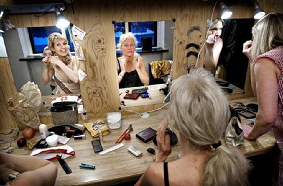 Der er mange lag i søstrene optræden, og der skal et par lag på, før de går på scenen.