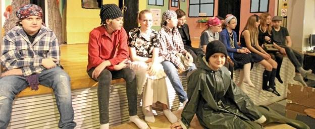 Her ses alle skuespillerne i en pause under de mange prøver inden forestillingen. Foto: Jørgen Ingvardsen Jørgen Ingvardsen