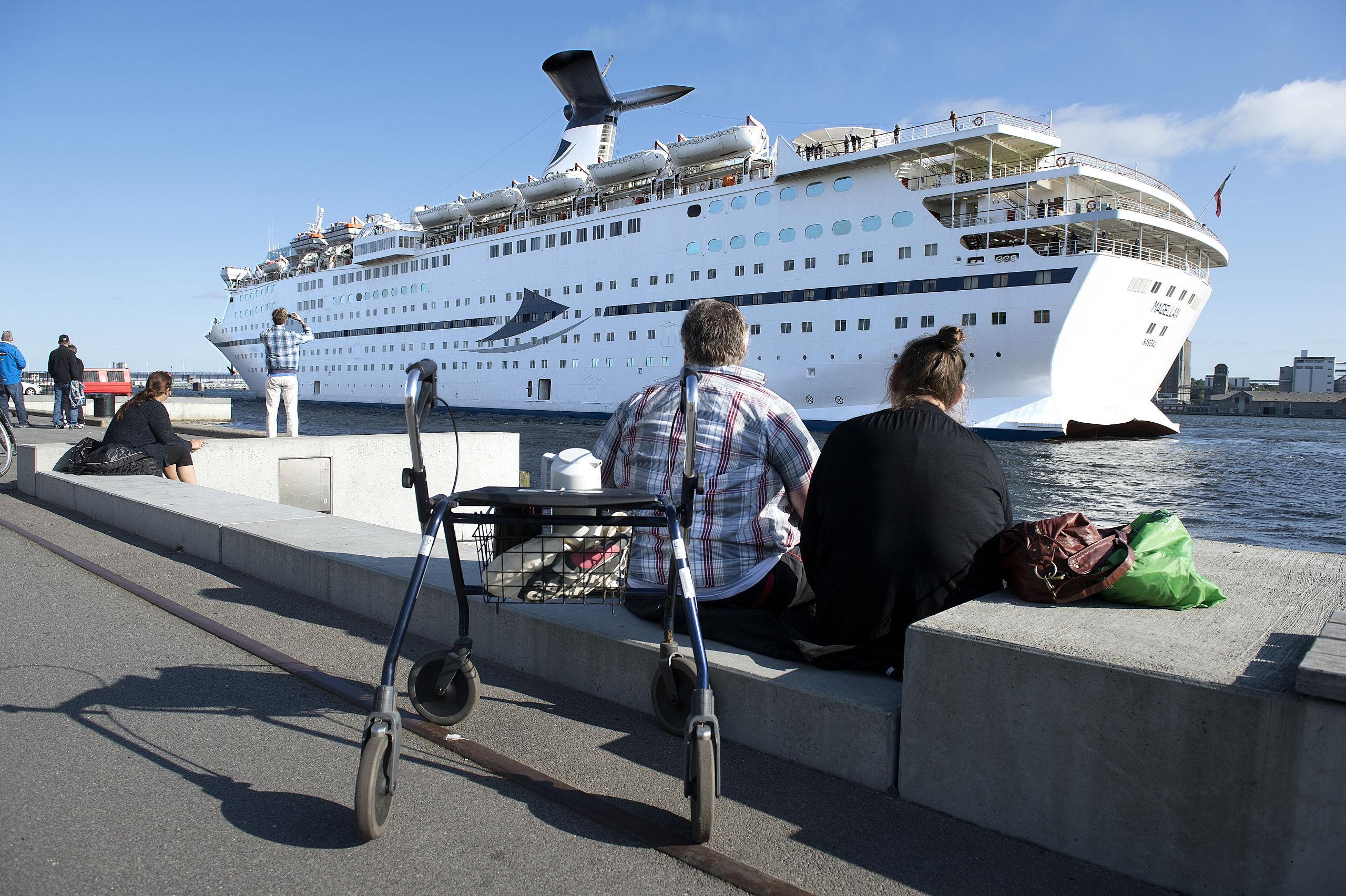 Krydstogtskibe har altid et stort og nysgerrigt publikum på landjorden, når de er i gang med at manøvrere sig på plads i Aalborg Havn. Og 'Magellan' er med sin størrelse og ynde en rigtig publikumsmagnet. Arkivfoto: Torben Hansen