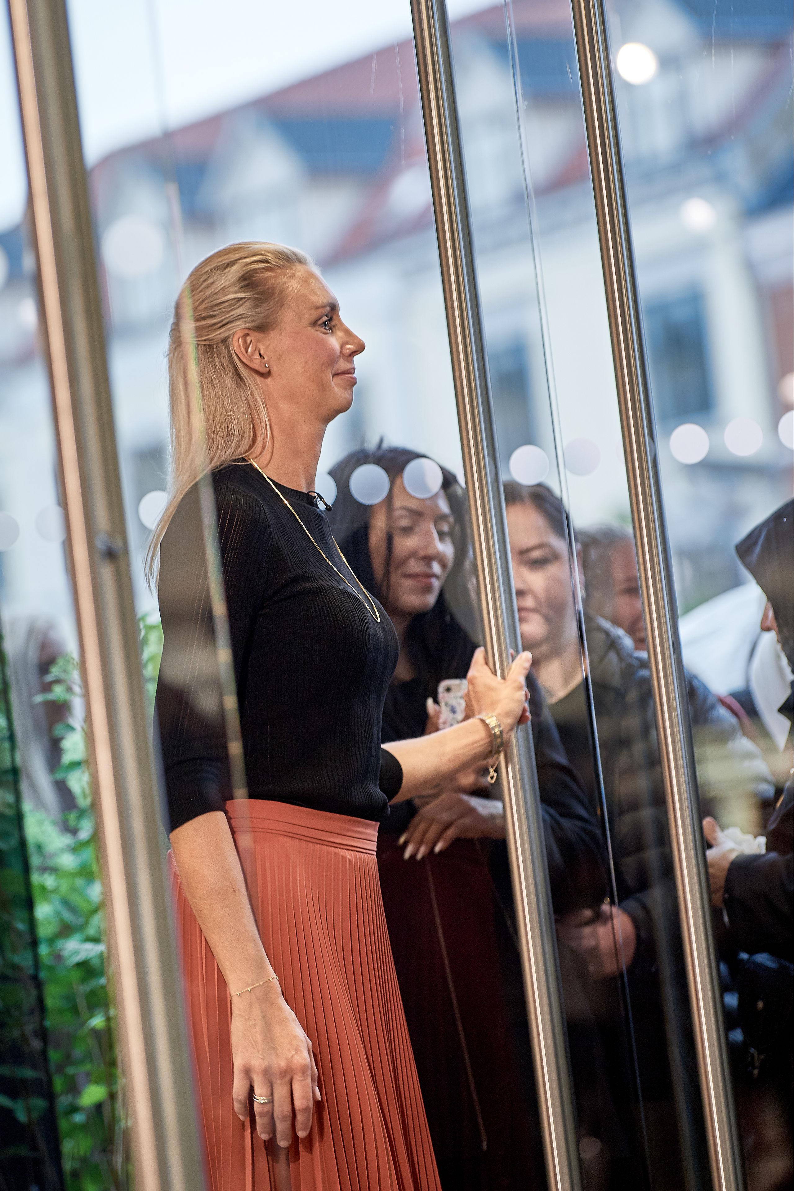 Lidt over 10 blev dørene åbnet. Her er Tina Kallesøe Mikkelsen, store manager, klar til at byde velkommen.