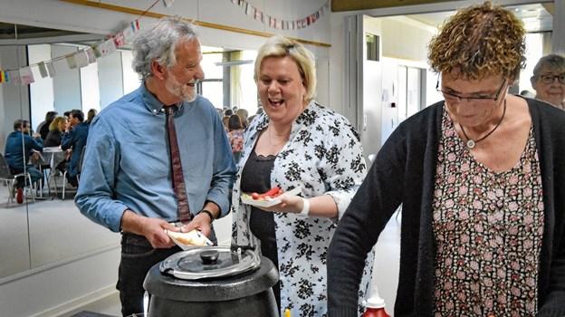 Maden havde Holger bestemt skulle være røde hotdogs med øl, vand og vin. Ole Iversen