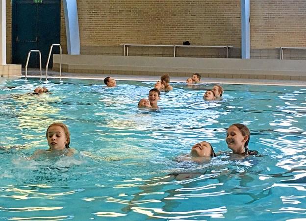 En af aktiviteterne på dagen var at lære eleverne, hvordan man bjærger eller hjælper en træt svømmer. Foto: Privatfoto Privatfoto