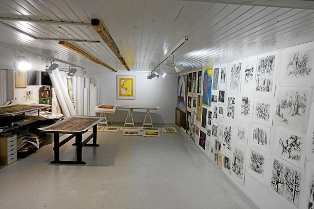 Til højre i billedet værker af Vibeke Mencke Nielsen, Eigil Wendt, og en række andre Aksel Jørgensen elever.Privatfotos