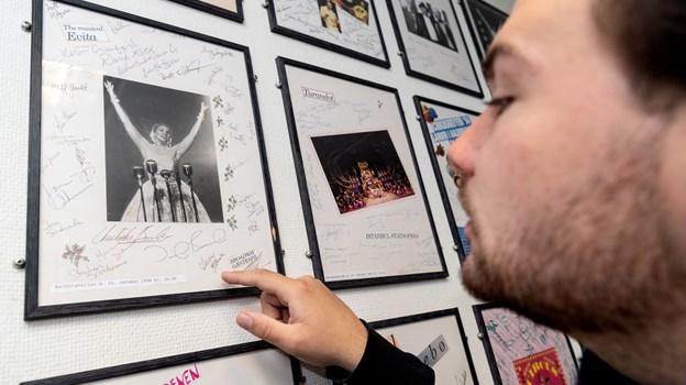 I AKKC's kunsterfoyer kan man se, at det langt fra er første gang, Evita spiller i Aalborg. Foto: Torben Hansen