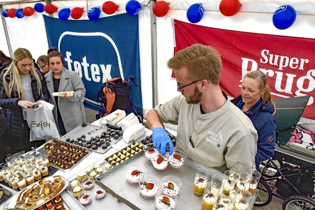 Føtex og SuperBrugsens folk havde travlt med at bære ind. Foto: Ole Iversen Ole Iversen