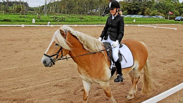 Ved stævnet blev klubbens nye skolehest, Felix, præsenteret. Den rides her af Karoline.Foto: Jørgen Ingvardsen