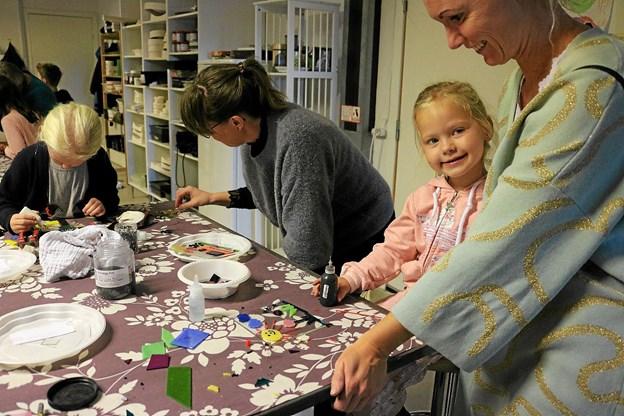Silvia og mor, Ida Østergaard, glæder sig over resultatet af en times koncentreret indsats i Glashuset. Foto: Tommy Thomsen
