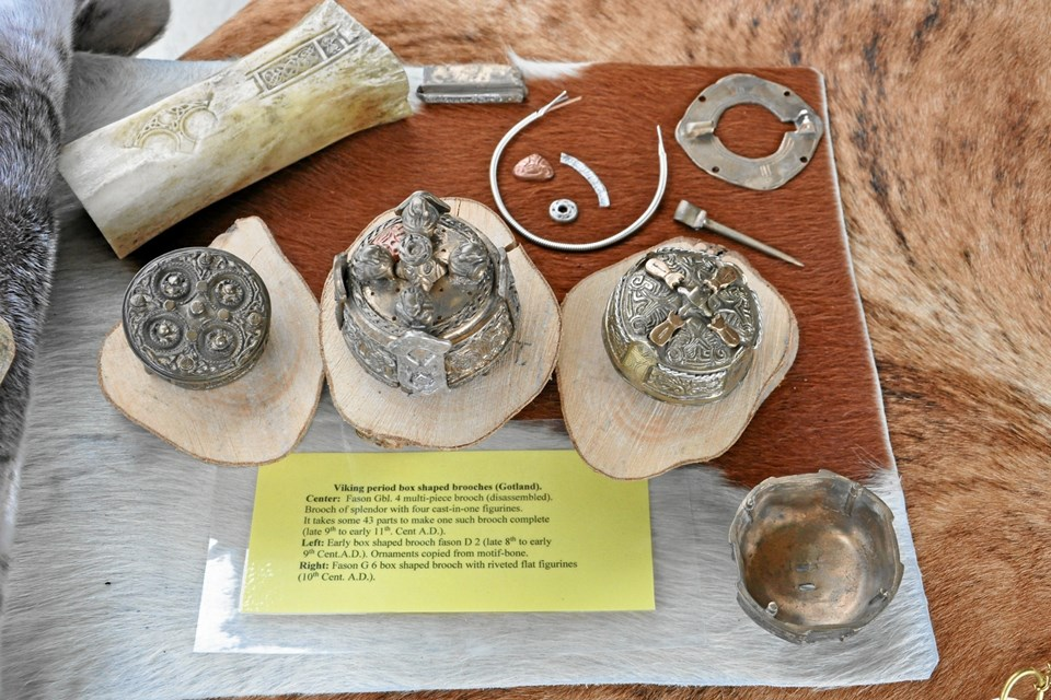 På Vikingecenter Fyrkat kan publikum komme helt tæt på kopier af bronzesmykker, som er fremstillet efter de gamle vikingemetoder. I midten ses en bronzekopi af det berømte dåseformede spænde fra grav 4 ved Fyrkat, der blev fundet tilbage i 1954. Foto: Nordjyllands Historiske Museum