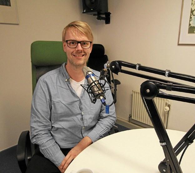 Anders Skotlander, speaker og iværksætter, startede som 12-årig som vært på DNR. Forleden genså han radiostationen i Hjallerup. Foto: Jørgen Ingvardsen