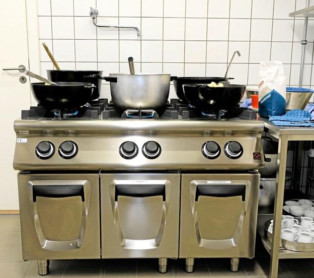 Det nye komfur har 6 store gasblus samt opbevaringsrum til køkkenudstyr. Foto: Niels Helver Niels Helver