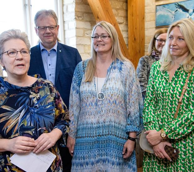 Tina Willumsen (i blå kjole) og Lillian P. Hansen (forrest i billedet) og borgmester Mogens C. Gade åbnede udstillingen.